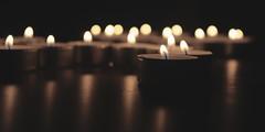 Bald kommt die Zeit der Lichter (g e g e n l i c h t) Tags: kerze teelicht flamme spiegelung stilleben bokeh schrfentiefe unschrfe dunkelheit licht