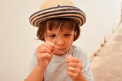 Come si indossa questo cappello? -  How you wear your hat? (sinetempore) Tags: comesiindossaquestocappello howyouwearyourhat ritratto portrait viso volto face bambina child cappello hat