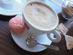 437 (en-ri) Tags: cappuccino sony sonysti macaron rosa cucchiaino bar zucchero bustine