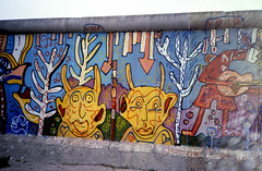 Berlin17-BerlinWall-Detail-Sep85 (ArgyleMJH) Tags: berlin 1985 berlinwall gdr ddr westgermany coldwar berlinermauer