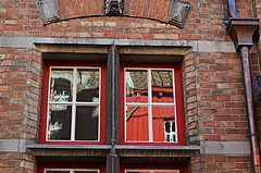 Riflessi rossi - Red reflections (Ola55) Tags: ola55 finestre windows vetri glasses riflessi reflections red rosso bruges italians worldtrekker doorsandwindowsaroundtheworld