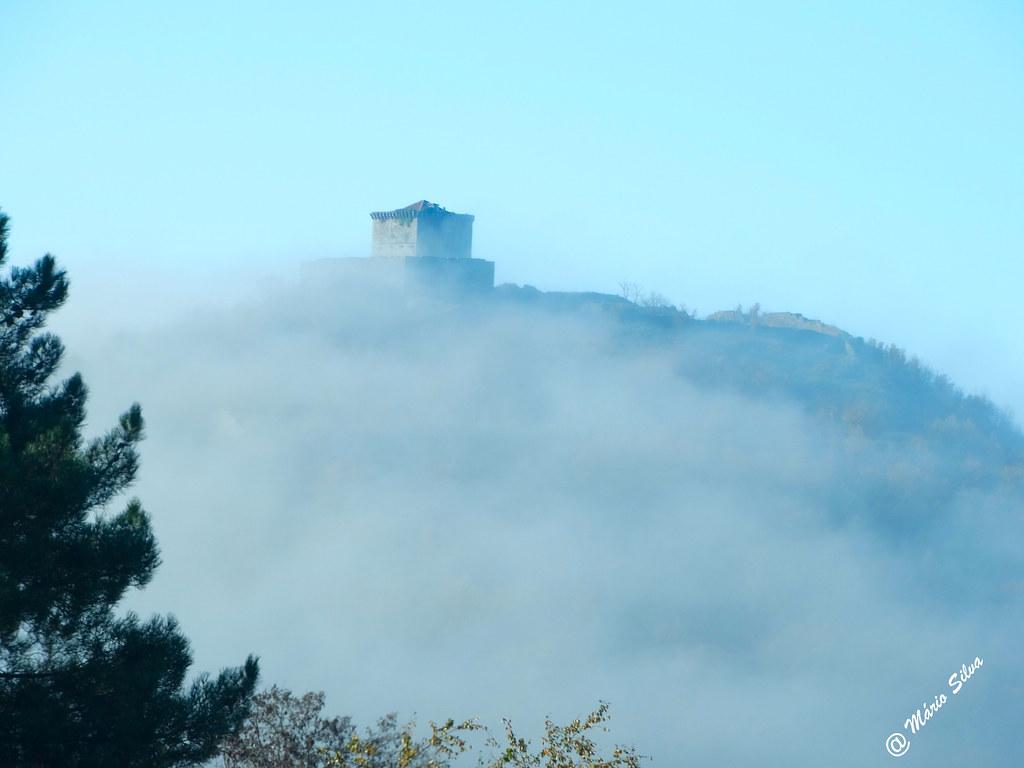 Águas Frias (Chaves) - ... Castelo de Monforte de Rio Livre sobre a névoa ...