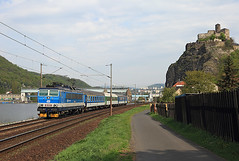 162 018, Střekov, 30 April 2015 (Mr Joseph Bloggs) Tags: castle electric train river czech cd loco locomotive loc passenger bahn railways 162 treno regional elbe 018 skoda nad kolin treni usti vlak labem strekov české dráhy 162018