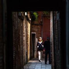 LA VENITIENNE ET LE PHOTOGRAPHE (zventure,) Tags: zventure aube venise venice venisesept2016 passage femme homme photographe matin gens personne people personnes
