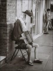 EL MUSICO SIN CABEZA (BLAMANTI) Tags: musicos mimos urbanas