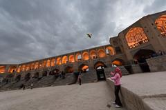 Isfahan 1 (javiermorales10) Tags: irán iran isfahan cometa niña puente bridge khaju puentekhaju khajubridge kite girl