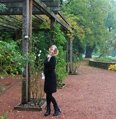 IMG_8661_Fotor02 (Ela's Zeichnungen und Fotografie) Tags: hannover stadtpark congresszentrum landschaft natur herbst baum laub blätter blume rose person frau alice wunderland