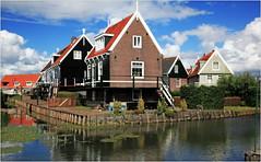 Le village de Marken, Waterland, Nederland (claude lina) Tags: claudelina nederland netherlands paysbas hollande marken waterland maisons houses architecture canal canaux