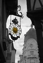 Soleil (Doonia31) Tags: vannes bretagne soleil ville ciel ombre toit ardoise coupole enseigne ferforg couronne france morbihan colombages