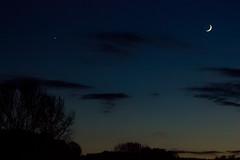 Venus and the moon (betadecay2000) Tags: beta blue hour moon lunar luna mond tranbant satellit dmmerung abend nacht nite night deutsch deutschland german germany blau dorf darfeld rosendahl nrw rosendahldarfeld halbmond erstes viertel schwarz black himmel sky outdoor einfarbig