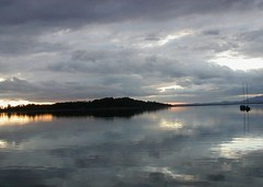 Morgenstunde Chiemsee (bratispixl) Tags: germany oberbayern sonnenaufgang spiegelung chiemsee prien wasseroberflche chiemgau herreninsel bratispixl