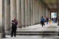 Violist , was een genot om naar te luisteren. (Olga and Peter) Tags: berlin fiddler museumisle violist berlijn museuminsel gimg7232