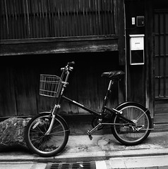 Kyoto's Traditional House and a Bicycle (Purple Field) Tags: street bw slr 120 6x6 film monochrome bicycle japan analog zeiss walking square 50mm alley kyoto kodak tmax iso400 hasselblad carl   medium  cf f40  distagon 500cm