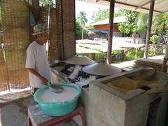 Stap 2 van het proces (MTTAdventures) Tags: family factory rice noodle koken huiden varkensvet