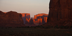The Last Sunlight (++sepp++) Tags: oljatomonumentvalley arizona usa us totempole yeibichei monumentvalley landschaft landscape rot red berge hills sandstein sandstone