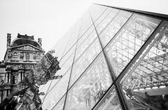 Pyramide du Louvre - Paris (Chacha_Lala) Tags: paris pyramide louvre museum france musee pyramidedulouvre blackandwhite noiretblanc architecture canonae1 ilford film argentique reflection reflet