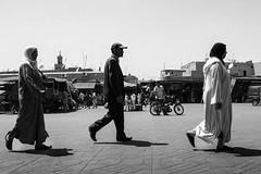 Sincronismo (Vanda Guazzora) Tags: biancoenero marocco marrakech piazzadjemmaelfna streetphotographie