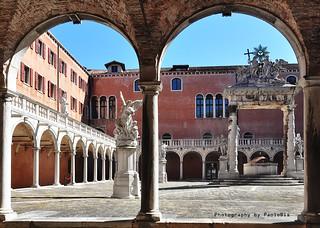 Venezia -  Chiostro della Santissima Trinità ai Frari