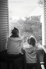 Sueos en la ventana (Veronka&cia) Tags: blancoynegro ventana tanya amigas alameda avril hogar hermanas