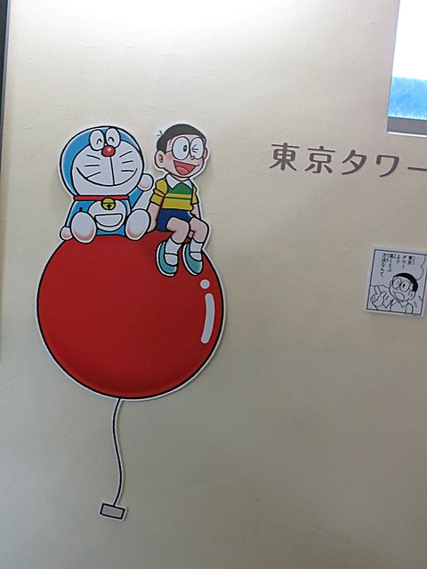 階段の壁には、キャラクターや漫画のコマが展示されていて楽し。 東京タワー