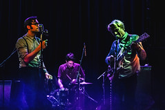 DSC_6497 (Chris Rod Photo) Tags: chrisrodphoto colors diyfilter livemusic gig concert pop psychpop andywarhol velvetunderground toulouse connexionlive glasses retro bretelles maracas thedeserteurs 2016 flare echo blue violet