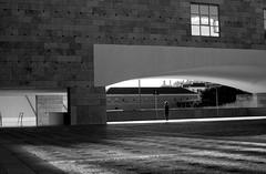 Matière, corps et lumière..#2 (Marty Gazio) Tags: portugal lisbonne belem noiretblanc nb silouettes femme lumière gris
