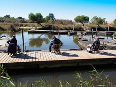 Pescando en equipo. (J.G.Sansano) Tags: pescar pescaconcaa pantalan embarcadero landscape lago em5