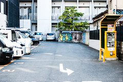 Parking lot/Right arrow/Graffiti (yasu19_67) Tags: parkinglot graffiti shadow arrow atmosphere photooftheday cityscape filmlook filmlike digitaleffects xequalscolornegativefilms xequals nikond80 voigtlanderultron40mmf2slii 40mm osaka japan