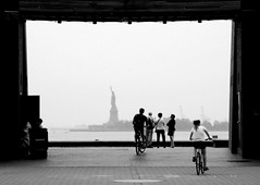 Framed New York (Ilan Ejzykowicz) Tags: city nyc newyorkcity ny bicycle  statueofliberty fahrrad vlo sykkel fiets rower cykel polkupyr bicicletta   bizikleta  bicileta sepeda  beic hjl basikal jalgratas bisiklet kerkpr bisikleta biciklo velosiped dviratis bicykel  bicikl rothar  xeap kolesa  jzdnkolo biciclet velosipds  biiklet    bisiklt   baiskeli   habebatvehentem   touristinabicilce