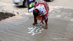 Drawing the Kolam in Rameshwaram (magiceye) Tags: india tamil rameshwaram kolam rangoli nadu tiruvanamalai