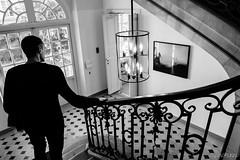 La main courante (LACPIXEL) Tags: mep herbritts homme hombre man escalier escaleras stairs maincourante handrail baranda photographie photograph fotografía noiretblanc blackandwhite blancoynegro inside interior musée museo museum fuji fuifilm xt2 flickr lacpixel intérieur