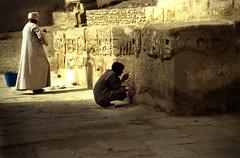 Ägypten 1999 (463) Theben West: Medinet Habu (Rüdiger Stehn) Tags: tempel tempelanlage ägypten egypt nordafrika 1999 winter urlaub dia analogfilm scan slide 1990er oberägypten aṣṣaʿīd südägypten diapositivfilm kleinbild canoscan8800f canoneos500n 35mm luxor misr مصر altägypten altertum archäologie antike unescoweltkulturerbe welterbe weltkulturerbe sakralbau bauwerk historischesbauwerk archäologischefundstätte ägyptologie ruine medinethabu arbeit menschen leute theben thebenwest afrika 1990s analog kbfilm unescowelterbe الأقصر aluqṣur reise reisefoto rüdigerstehn