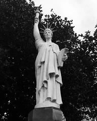 Cerflun adeilad Liberty Shoes gynt, Caerlr/ Former Liberty Shoes statue, Leicester (Rhisiart Hincks) Tags: freedom rhyddid frankiz libert saorsa askatasun cerflun statue sculpture eskultura kizelladur omhaigh caerlr leicester lloegr powsows england ewrop europe eu ue sasana brosaoz ingalaterra angleterre inghilterra anglaterra  angletrra sasainn  anglie ngilandi duagwyn gwennhadu dubhagusgeal dubhagusbn zuribeltz czarnobiae blancinegre blancetnoir blancoynegro blackandwhite  mustajavalkoinen crnoibelo ernabl schwarzundweis  bw feketefehr melnsunbalts juodairbalta negruialb siyahvebeyaz rnoinbelo   ffatri labouradeg uzin factaraidh usine factory