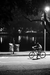 Desequilíbrio no foco (renanluna) Tags: light shadow blackandwhite bw luz bike brasil night canon focus br sãopaulo bicicleta sombra pb sp noite trashcan 55 pretoebranco monocromia 011 foco lixeira disequilibrium desequilíbrio ef50mm18ii canoneosdigitalrebelxs renanluna