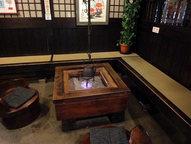 原田酒造場の一角には囲炉裏があり、炭に火も入っていました。|原田酒造場