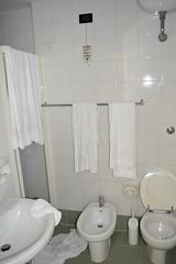 2016_Nápoly_1308 (emzepe) Tags: 2016 augusztus nyár kirándulás nyaralás családi közös olaszország italia italy italien italie napoli nápoly qualiano hotel szálloda szállás fürdőszoba bathroom badezimmer salle de baine wc vécé kagyló bidé bidet