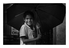 Smiling in the Rain (eduardo.kobs) Tags: street rua retrato portrait preto branco borda curitiba xv umbrela guarda chuva