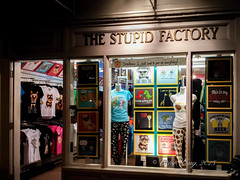 Night Scene - The Stupid Factory (Victor Wong (sfe-co2)) Tags: stupid factory night nightscape kalakaua avenue waikiki honolulu hawaii usa clothing store design room bookshelf indoor shop collection