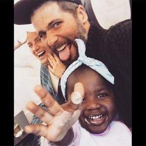 """Gagliasso presta queixa por ataques racistas à filha: """"Vão pagar"""""""