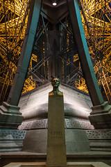 EIFFEL (Juan Ig. Llana) Tags: paris îledefrance francia alexandregustaveeiffel monumento busto escultura torreeiffel extructura vigas hierro remaches noche nocturna simetría