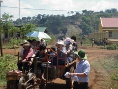 ĐOÀN ĐI XE MÁY CÀY VÔ ĐẾN CHỖ ĐỂ KHÁM (giangphuc1961@yahoo.com.vn) Tags: ea rbin xã lăk huyện đăklak tỉnh