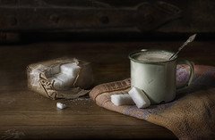 con dos terrones (silversaltphoto) Tags: stilllife caf studio rustico nikon desayuno taza sombras azucar bodegon navarra cacharros sadows senosiain terrones d700 azucarillos absolutegoldenmasterpiece silversaltphoto