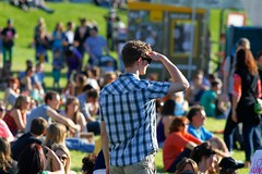 Linzfest 2013 -Tag 1 (austrianpsycho) Tags: people linz leute wiese menschen sitzen schauen 2013 zuseher linzfest 18052013 linzfest2013