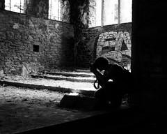 Tynnu lluniau - Eglwys Sant Luc, Aber-carn (Rhisiart Hincks) Tags: ewrop europe europa kembra wales cymru achuimrigh kembre gales galles anbhreatainbheag   wallis uels kimrio valbretland   eglwys iliz eliza eaglais eglos church glisa esglsia glise biseric chiesa iglesia kirche   kirik ffotograffydd photographer luchskeudenner neachtogaildhealbh argazkile duagwyn gwennhadu dubhagusgeal dubhagusbn zuribeltz czarnobiae blancinegre blancetnoir blancoynegro blackandwhite  zwartenwit mustajavalkoinen crnoibelo ernabl schwarzundweis dadfeilio decay warziskar beheraldi abandoned gadawedig dilezet abercarn blaenaugwent silwt silhouette graffiti