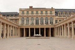 (May Machado) Tags: canon t3i paris frana france building beige bege