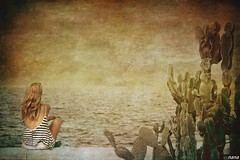 Long as a day in  the summer time....... (nanettesol) Tags: sea summer portrait texture textura girl mar donna mujer waiting verano rubia esprando