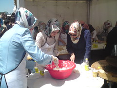 Turkish ladies preparing Gzleme (Andra MB) Tags: festival turkey trkiye romania bucharest turkish bucuresti herastrau trk roumanie turchia bucarest turkei turkishfestival romanya gzleme rumnien romnia bucureti 2013 placinta turcia bkre turcesc