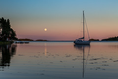 La luna llena (Joakim Berndes) Tags: ocean sunset moon reflection water night canon landscape natur luna fullmoon nightshoot clear cc creativecommons juli vatten måne segelbåt habour landskap brygga sailbot nattfoto fullmåne 2013 reflektioner canon6d jberndes joakimberndes