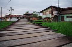 Passerelle sur l'Amazone (Montre ce qu'il voit!) Tags: streetphotography leticia amazonie colombie photoderue pentaxk5 ilobsterit julienvidal