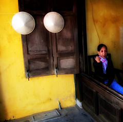 Vietnam - Gennaio 2014 (anton.it) Tags: yellow casa donna women digitale vietnam giallo cappelli canong10 antonit